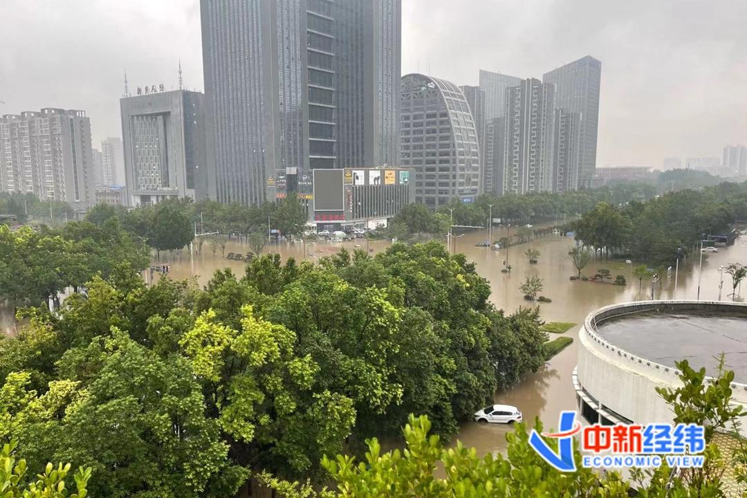 亲历水灾   新乡暴雨中惊险一幕:我不敢摇下车窗,怕水涌进来