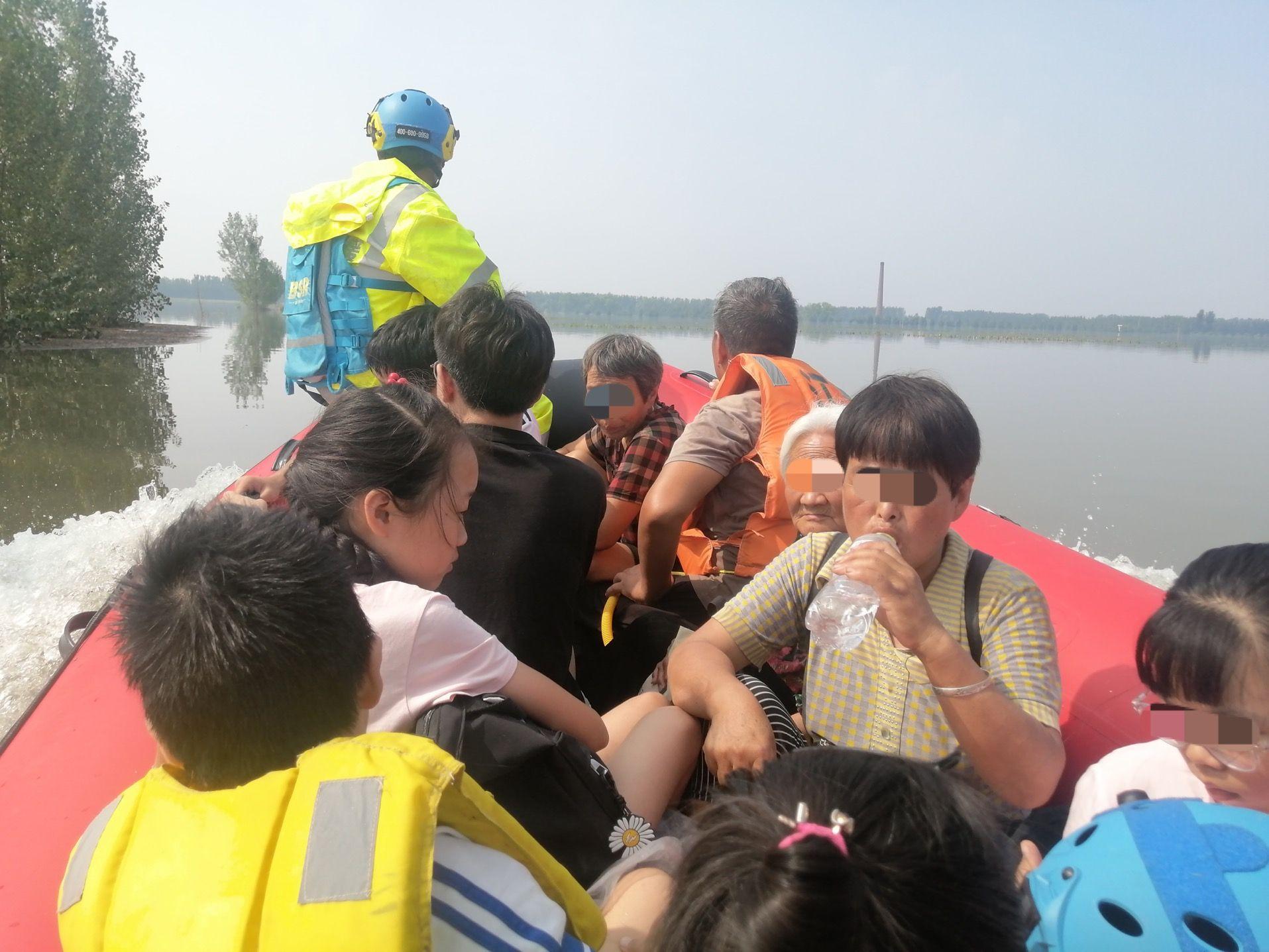 河南获嘉县村庄被淹,蓝天救援队前往支援:急缺高动力救援艇