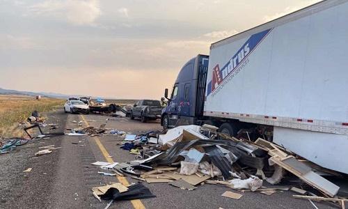 卫报:犹他州沙尘暴导致高速公路20辆汽车相撞 7人死亡