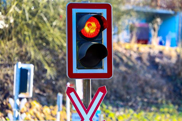 奥迪女司机红绿灯前就是不走!被拦停后一脚油门跑了