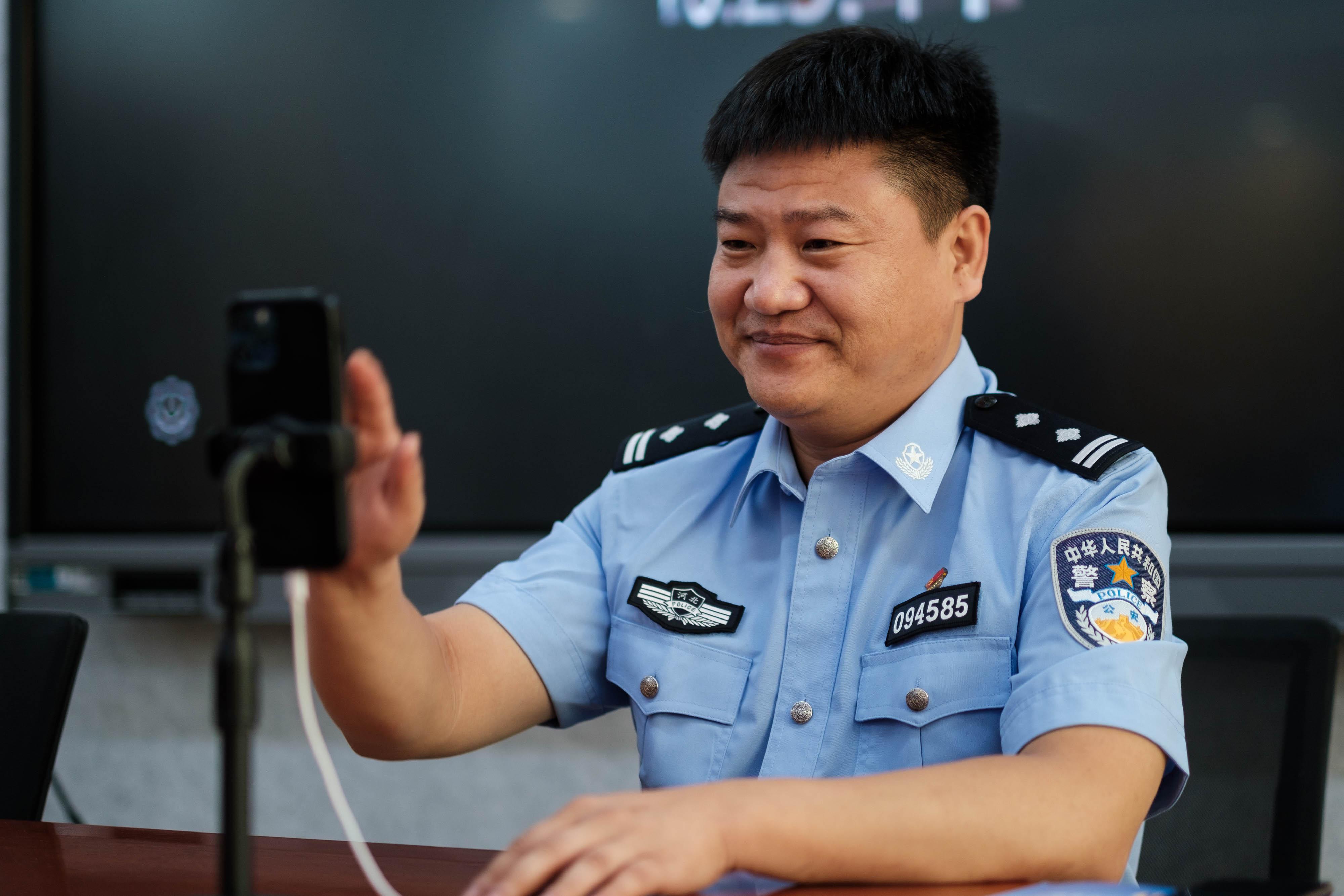"""新闻8点见丨""""反诈老陈""""出圈爆火 被人质疑是假警察"""