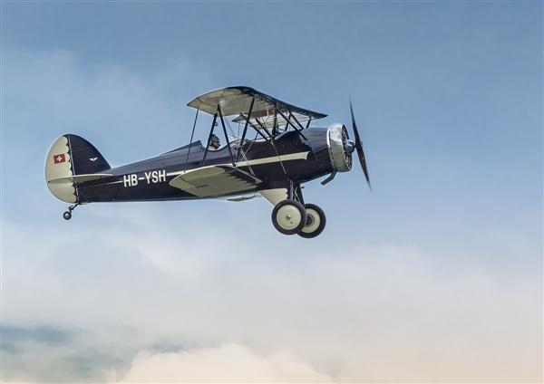 小飞机低空穿越成都人口稠密区 在楼中穿梭:第一视角太危险