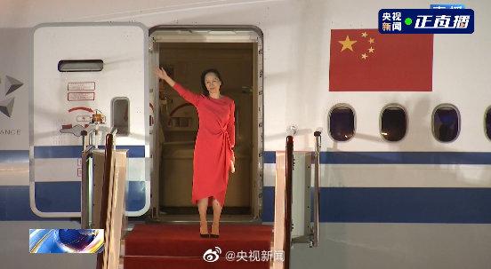 孟晚舟一袭红衣亮相深圳机场:提前祝祖国母亲生日快乐!