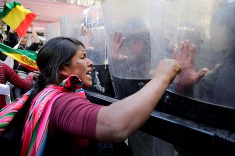 玻利维亚古柯种植者与警方发生激烈冲突,烧毁五辆警车